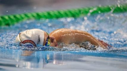 Su korkusunu yendiği yüzmede 100 madalya kazandı