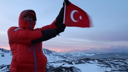 Küresel ısınmaya dikkat çekmek için Türk bayrağıyla Kuzey Kutbu'na gittiler