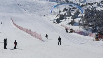 Ergan Dağı'na gelen turistler kayak ve yamaç paraşütünün keyfini çıkarıyor