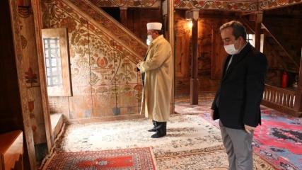 Asırlardır ayakta duran çivisiz cami, kök boyası motifleriyle dikkati çekiyor