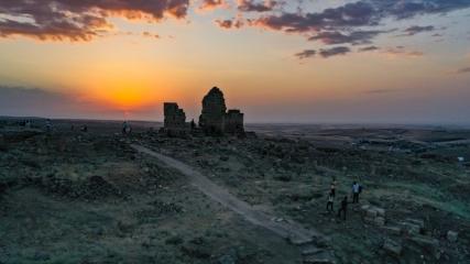 Zerzevan Kalesi'nin gün batımı fotoğrafları sergilere ilham kaynağı oluyor