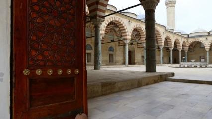 Kapıları ve minareleriyle Osmanlı mimarisinin özgün eseri: Üç Şerefeli Cami