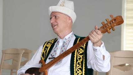 Ülke ülke gezip Türk dünyası müziğini tanıtıyor