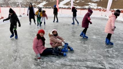 Donan Çıldır Gölü'nde buz pateni keyfi