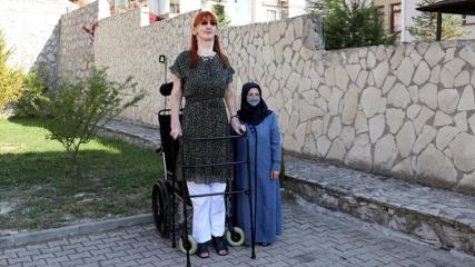 'Dünyanın en uzun boylu kadını' unvanıyla Guinness'e girmenin mutluluğunu yaşıyor