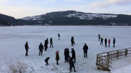 Tatilciler buz tutan Abant Gölü'nün üzerinde yürüdü
