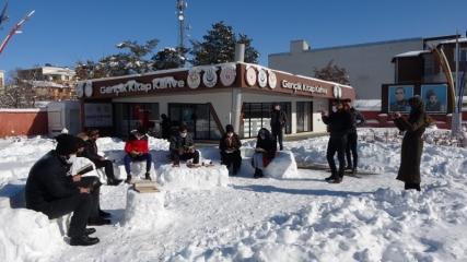 Kardan koltuk yapıp, üzerinde kitap okudular