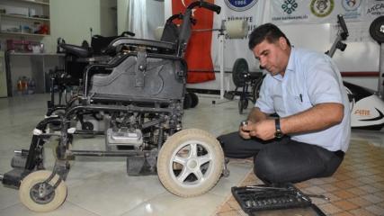 Engellilerin  tekerlekli sandalyelerini ücretsiz onarıyor
