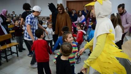 Lise öğrencileri köylerdeki çocuklar için 'tiyatro turnesine' çıktı