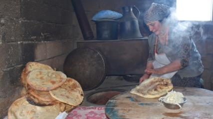 Soğuk havada sofralar tandır ekmeğiyle ısınıyor