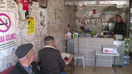 Çay ocağının duvarlarını askerlerin notları süslüyor