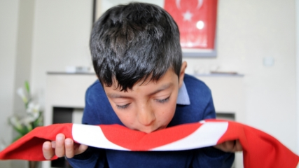 Minik Kadir'e Türk bayrağı hediye edildi