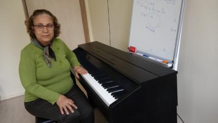Çocukluk hayali olan piyano çalmayı 65 yaşında öğrendi