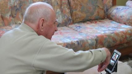 95 yaşındaki Rüştü dede sanal ortamda el öptürdü