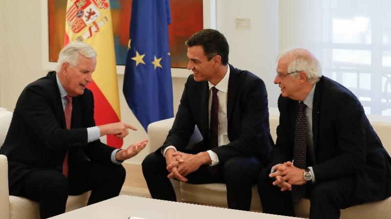 AB Komisyonu Brexit Başmüzakerecisi Michel Barnier (solda), İspanya başbakanı Pedro Sánchez (ortada) ve İspanya dışişleri bakanı Josep Borrell (sağda)