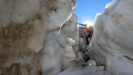 Türkiye'nin en büyük buzulu yerli yabancı doğaseverleri ağırlıyor