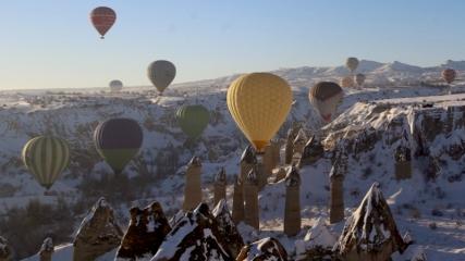 Gökyüzünden karlı Kapadokya'ya bakış