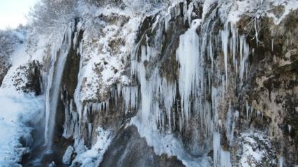 Buz tutan Girlevik Şelalesi'nde kartpostallık görüntüler