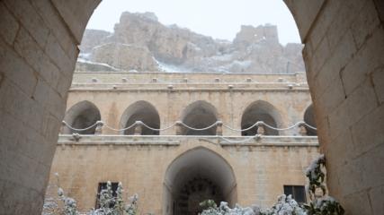 Mardin'de tarihi yapılar beyaza büründü